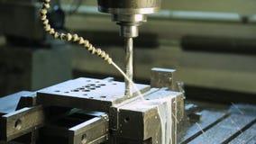 Eine Betrieb CNC-Maschine mit einem drehenden Bohrgerät und einem Rohr für Schneidflüssigkeit stock video footage