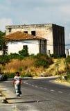 Eine Bettlerfrau auf der Grenze zwischen Montenegro und Albanien lizenzfreie stockbilder