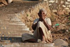 Eine Bettlerfrau mit einer Geste von hallo von Indien Stockbild