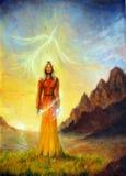 Eine bezaubernde mystische Priesterin mit einer Klinge des Lichtes in einem Land Stockfotografie