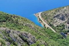 Eine Biegung in der adriatischen Seeküste von Kroatien Stockfotos