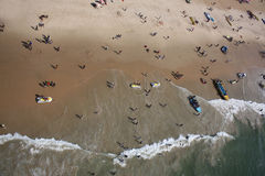 Eine birdseye Ansicht der Touristen, die Spaß mit b Urlaub machen und haben Stockbilder
