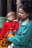 Eine birmanische Frau mit ihrem Baby am traditionellen Markt am 4. Januar 2011 in Bagan, Myanmar Stockfotografie