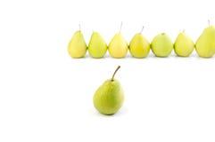 Eine Birne auf dem Hintergrund einer Reihe der Birnen Stockfoto