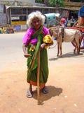 Eine bittene alte Frau in Indien Stockfotos