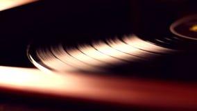 Eine blackVinyl Diskette spinnt stock footage