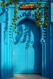 Eine blaue Tür in Chaouen Stockbilder