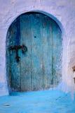 Eine blaue Tür in Chaouen Stockbild