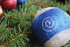 Eine blaue Weihnachtskugel Stockbilder