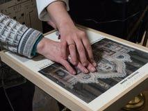 Eine blinde behinderte Frau in einem Museum Stockfotos