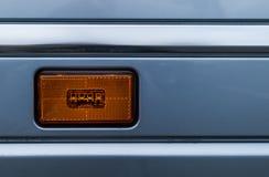 Eine Blinkerlampe eines grauen LKWs Stockbilder
