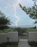 Eine Blitz-Schraube schlägt außerhalb des Gatters Stockbild