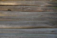 Eine Blockhauswand mit Abschluss herauf Klotzbeschaffenheit Außerhalb des Äußeren Stockfoto