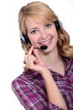 Eine blonde Frau, die einen Kopfhörer trägt Lizenzfreie Stockfotos