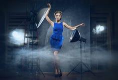 Eine blonde Frau in einem Kleid in einem Studio Lizenzfreie Stockfotos