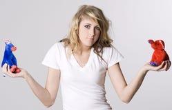 Eine blonde Frau kann nicht entscheiden wählt wer, damit Stockbilder