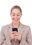 Eine blonde Geschäftsfrau mit einem Telefon Lizenzfreie Stockfotografie