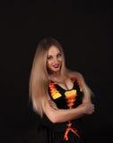 Eine blonde gotische Priesterin in der Dunkelheit Lizenzfreies Stockfoto