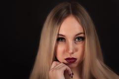 Eine blonde gotische Priesterin in der Dunkelheit Lizenzfreie Stockfotografie