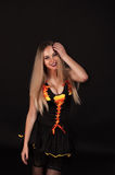 Eine blonde gotische Priesterin in der Dunkelheit Stockbilder
