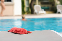 Eine blonde junge Frau in einem Swimmingpool mit rotem Bikini verließ durch das Pool Stockbild