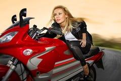 Eine Blondine auf einem Motorrad Lizenzfreie Stockfotografie