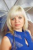 Eine Blondine mit einem Regenschirm Stockfotos