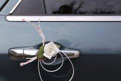 Eine Blume auf einem Türgriff lizenzfreie stockfotos