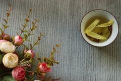 Eine Blume und eine Tasse Tee Lizenzfreie Stockbilder