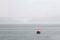 Eine Boje an einem regnerischen Tag in Bosphorus lizenzfreies stockbild