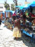 Eine bolivianische Frau, die ihren Markt organisiert stockfotos