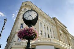 Eine Borduhr vor einem Hotel in Bratislava Stockfotografie
