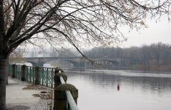 Eine Brücke über dem die Moldau-Fluss in Prag im Fall stockfotos