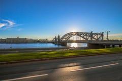 Eine Brücke über dem Fluss Lizenzfreie Stockfotografie
