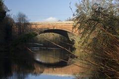 Eine Brücke über dem Fluss Kelvin in der Stadt von Glasgow lizenzfreie stockbilder