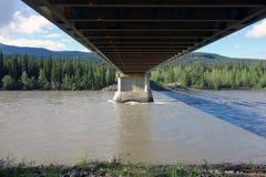 Eine Brücke über dem liard Fluss in Kanada Stockbilder