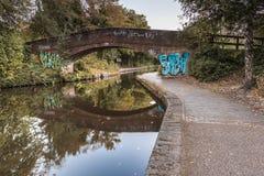 Eine Brücke über dem Worcester zu Birmingham-Kanal, in England, Großbritannien lizenzfreie stockfotografie