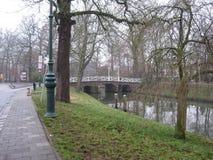 Eine Brücke über einem Kanal in Utrecht, die Niederlande lizenzfreies stockfoto