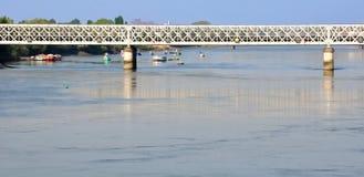 Eine Brücke über kleinen Booten Stockbild