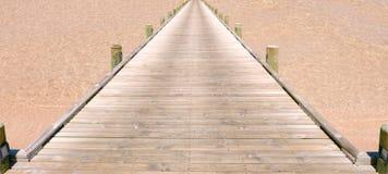 Eine Brücke auf dem Strand Lizenzfreies Stockbild