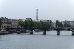 Eine Brücke auf Wadenetz in Paris lizenzfreie stockfotos