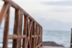 Eine Brücke brät langen Abstieg zum Meer Lizenzfreie Stockfotos