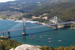 Eine Brücke, die das Wasser kreuzt stockbild
