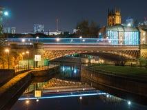 Eine Brücke, die den Fluss in Leeds nachts kreuzt lizenzfreies stockbild