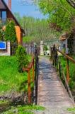 Eine Brücke, die zu ein Gasthaus führt Lizenzfreies Stockbild