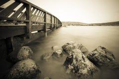 Eine Brücke durch einen See Stockbild