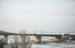 Eine Brücke mit dem Führen von Autos auf ihr Lizenzfreies Stockbild