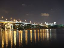 Eine Brücke mit hellen Reflexionen auf dem Wasser Stockbild