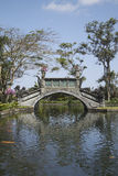 Eine Brücke in Park Tirta Gangga Stockfoto