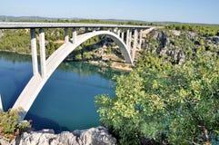 Eine Brücke und ein adriatisches Meer Lizenzfreies Stockbild